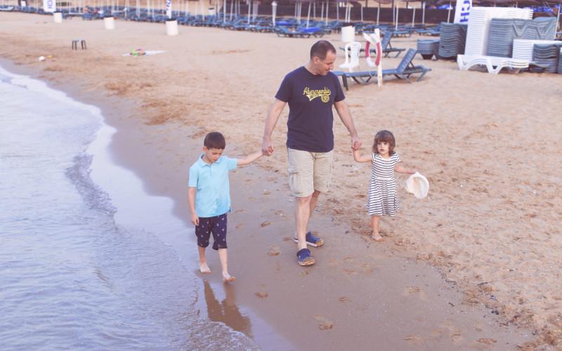 Yazın plajda çocuklarınızla en büyüleyici aile resimleri için 5 ipucu!