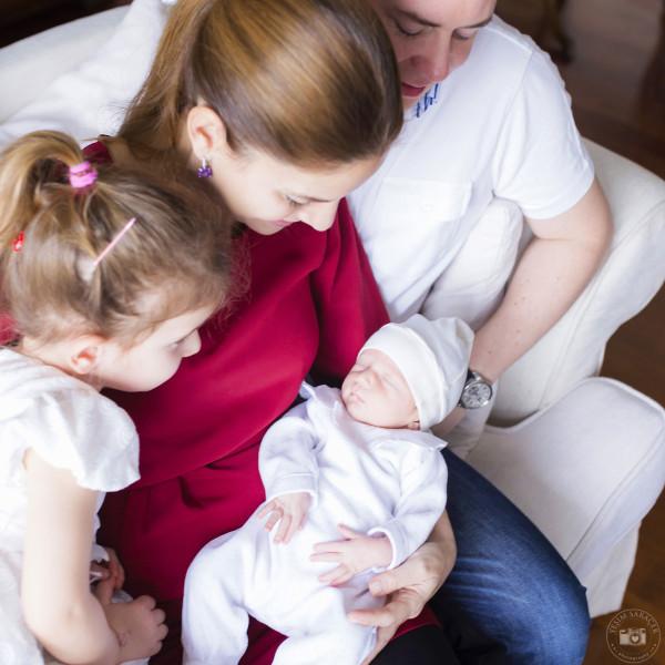 yeni doğan evde aile çekimi