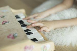 piyano-calan-kiz